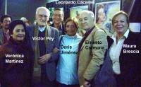 Víctor Pey rodeado de periodistas chilenos (de la época de El Clarín), tras exhibición del documental Winnipeg, abril 2012, Círculo de Periodistas de Santiago (Chile).