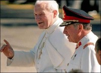 El Vaticano también apoyó a Pinochet: Wojtila con el dictador