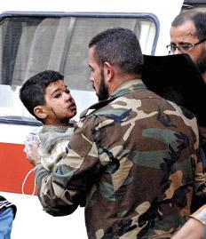siria soldado y nino herido