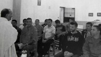López asiste a misa en la cárcel