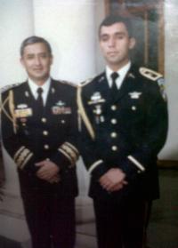 Viejos amigos: el presidente Pérez Molina (izq.) y el capitán Byron Lima, condenado por el asesinato del Obispo Juan Gerardi.