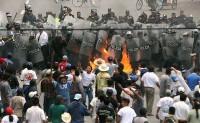 Los ejidatarios de San Salvador Atenco enfrentaron a los elementos de la policía del estado de México que intentaron desalojar a vendedores ambulantes en el municipio de Texcoco