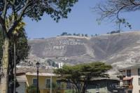 Un grafiti anti mina grabado en la colina de Cajamarca, la capital de la provincia a la que pertenece Yanacocha.