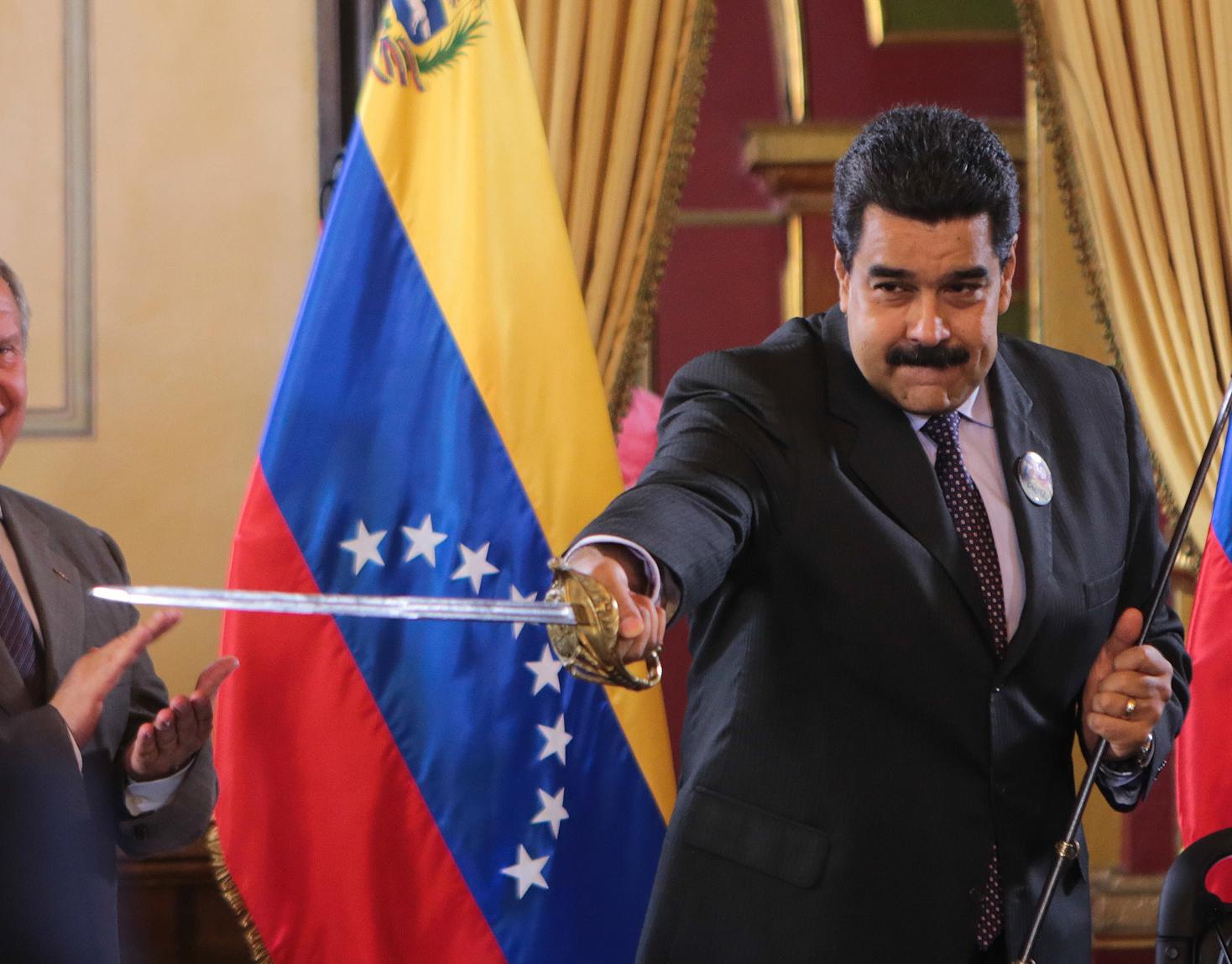 """(160728) -- CARACAS, julio 28, 2016 (Xinhua) -- Imagen cedida por la Presidencia de Venezuela del presidente venezolano Nicolás Maduro (c), acompañado del ministro de Minería y Petróleo, Eulogio del Pino (d), y el ministro ruso de Petróleo, Igor Sechín (i), participando en la firma de cuatro acuerdos de cooperación en materia energética entre la empresa estatal PDVSA y la petrolera rusa Rosneft en el Palacio de Miraflores, en Caracas, capital de Venezuela, el 28 de julio de 2016. Durante el evento, el mandatario venezolano dijo que estos acuerdos ratifican la alianza estratégica entre Venezuela y Rusia, con miras a la construcción de """"un nuevo mundo de paz y solidaridad"""". (Xinhua/Presidencia de Venezuela) (egp) (fnc) ***SOLO USO EDITORIAL*** ***NO VENTAS***"""