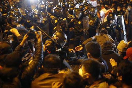Perú en situación crítica: siguen las protestas contra el golpe de Merino |  SurySur
